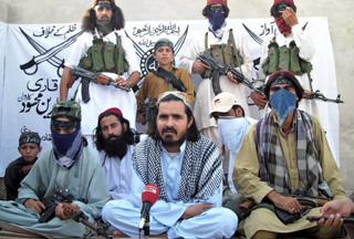Qari Zainuddin (centre), surrounded by his armed guard in northwestern Pakistan {Image: PressTv}